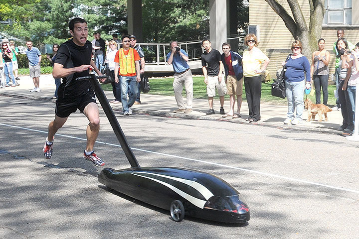 Left: Sigma Phi Epsilon's Peregrine speeds toward the course's end.   (credit: Kristen Severson/Publisher)