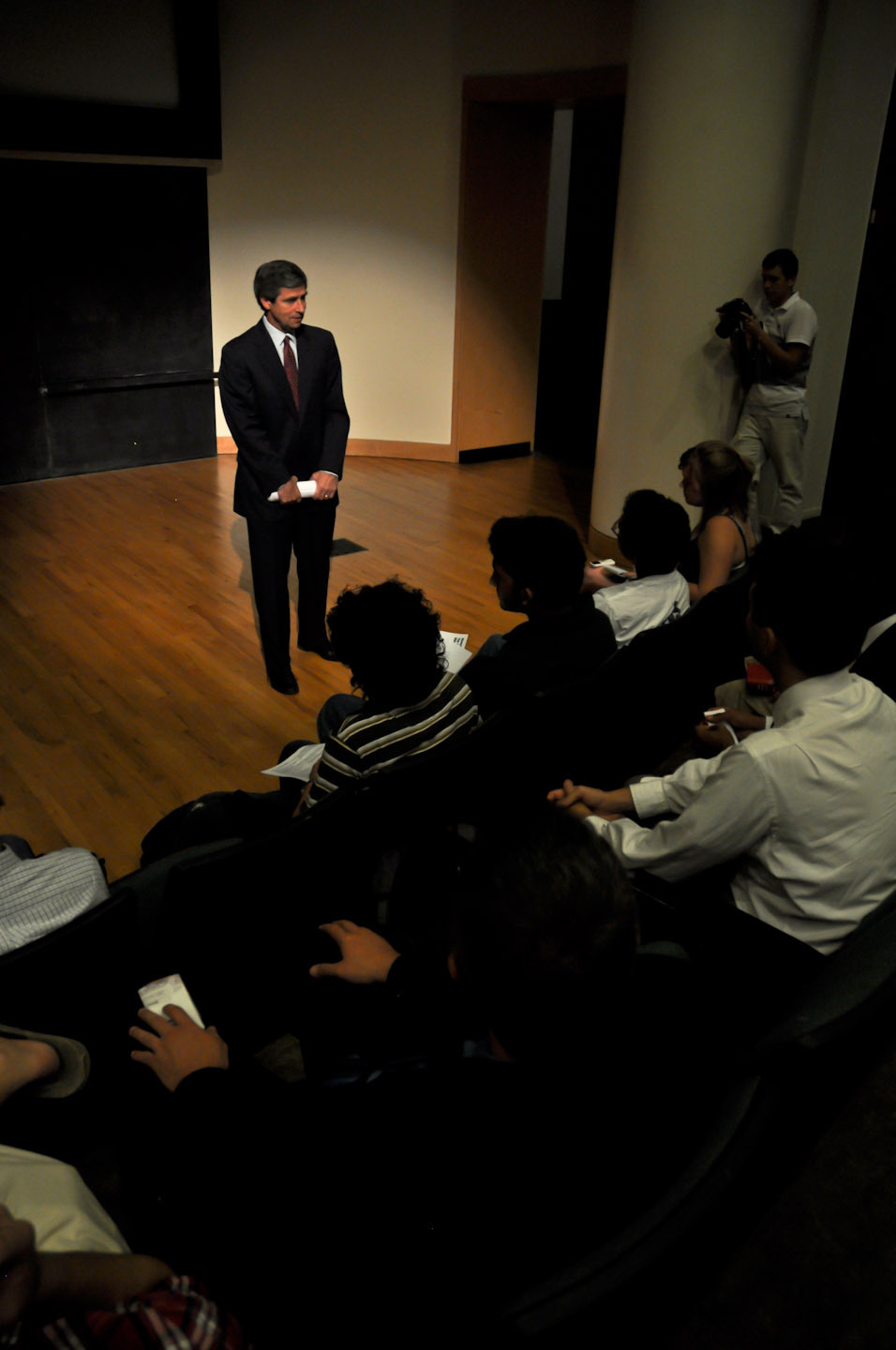 Sestak addresses students in a special meeting after his speech. (credit: Patrick Gage Kelley/Contributing Editor)