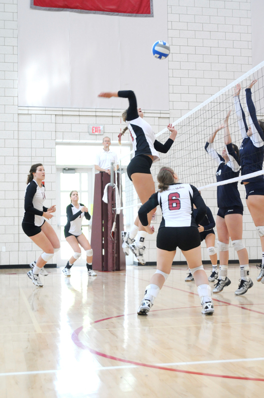 The Tartans' play above the net was key in their two wins this past week. (credit: Thomas Hofman/ Photo Editor)