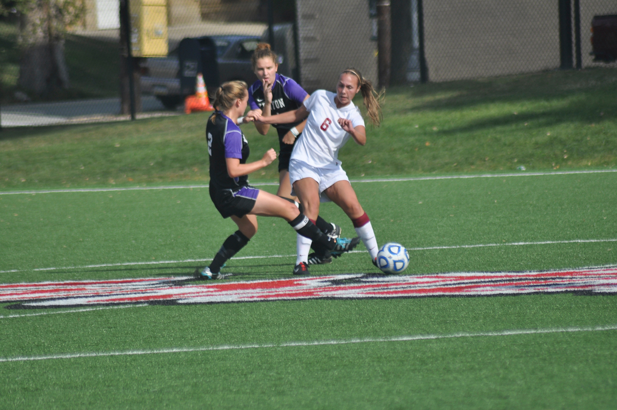 First-year forward Louisa Pendergast (No. 6) had two assists in the Tartans' victory over the College of Wooster. (credit: Alan Vangpat/Layout Staff)