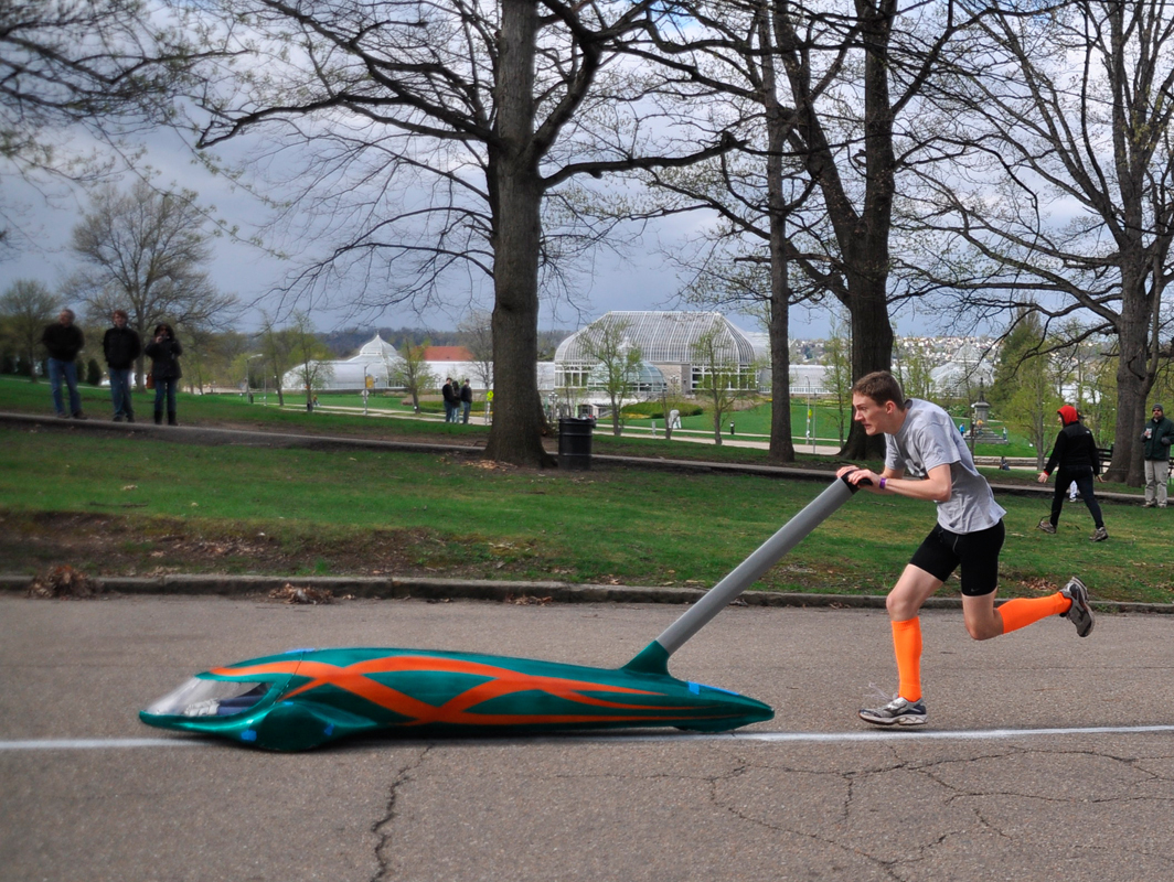 A Fringe pusher races up the hill with Banyan, driven by fifth-year architecture major Becky Peterkin. (credit: Alan Vangpat/Layout Staff)